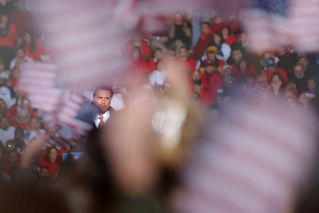 Mitt Romney valtalar i West Chester , Ohio, inför runt 30 000 människor.