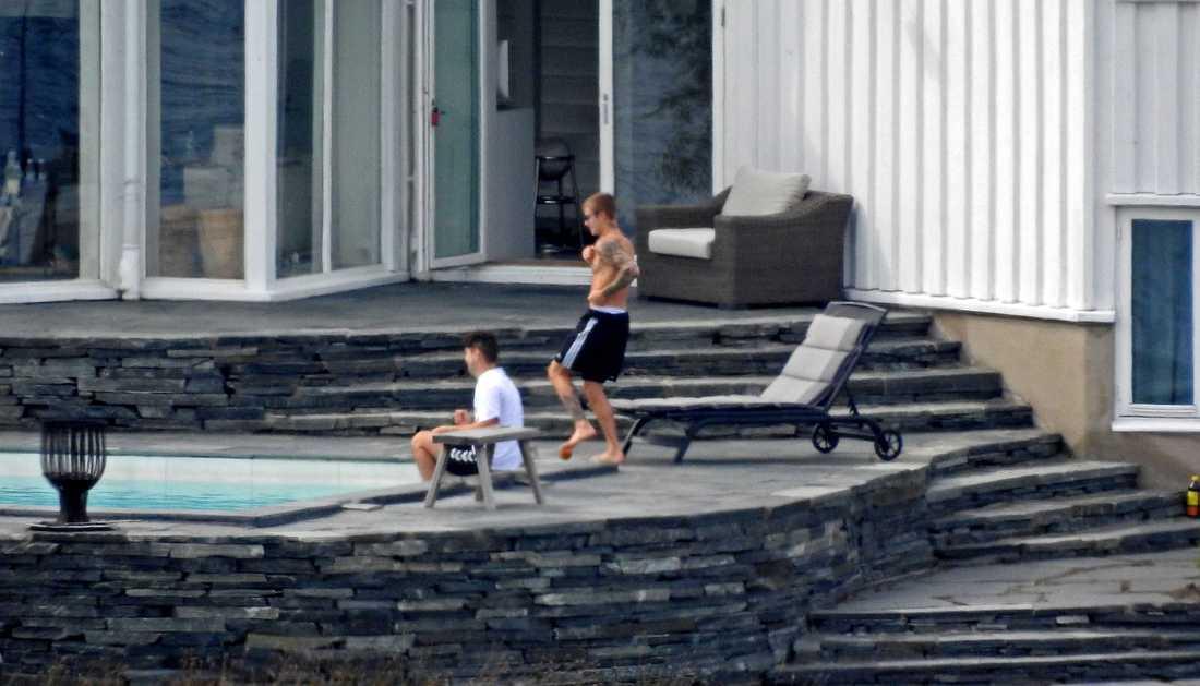 Justin Bieber vid lyxhuset han hyrt i Stockholms skärgård.