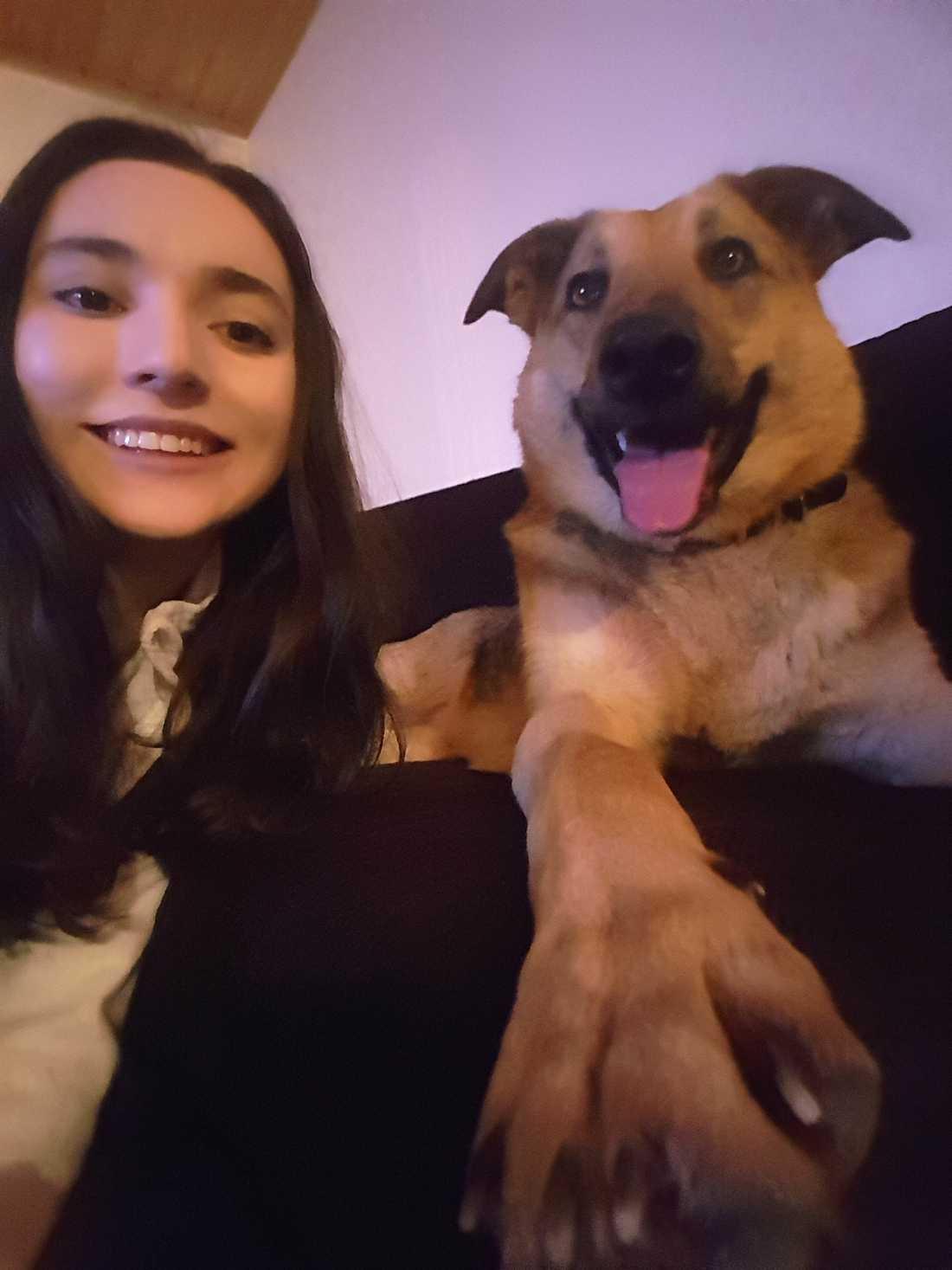 Michelle Pishoha, tillsammans med hunden Luna.
