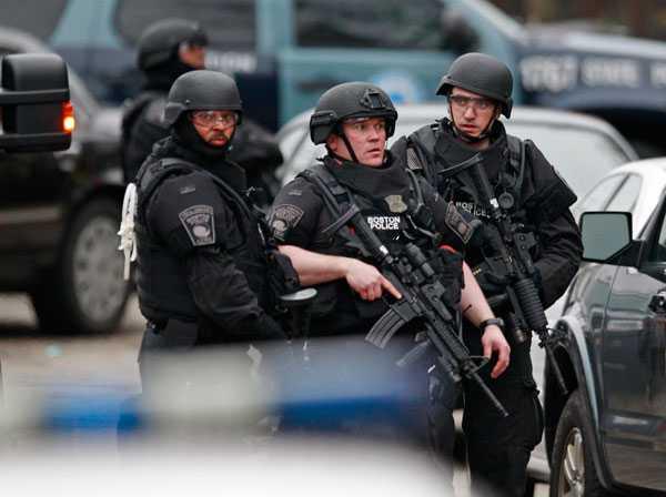 Polisens specialstyrkor omringar hus i jakten på misstänkte bombmannen i Watertown.