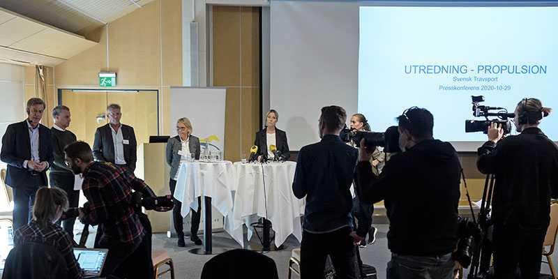 Presskonferensen där Svensk Travsport presenterade utredningen i  Propulsion-fallet i oktober. Nu, sex månader senare, har fortfarande ingen dom mot tränaren Daniel Redén kommit. Och Svensk Travsports Ansvars- och Disciplinnämnd är i konflikt med förbundet.