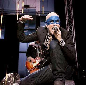 FÖRSÖKER R.E.M:s sångare Michael Stipe försökte elda på publiken med små underliga danser. Men någon riktig glöd blev det ändå inte.