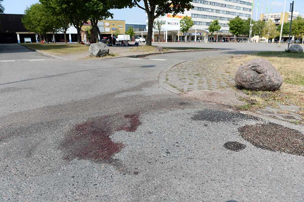 En blodfläck är kvar på marken.