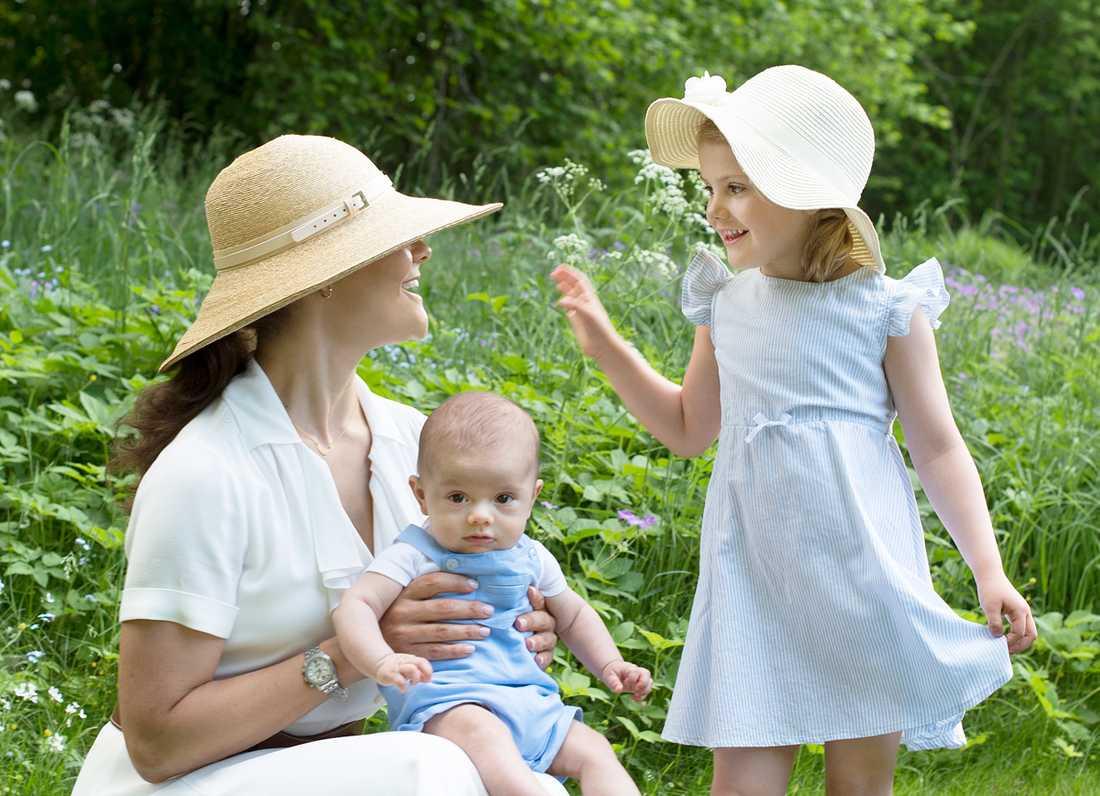 Kronprinsessan Victoria med barnen Oscar och Estelle.