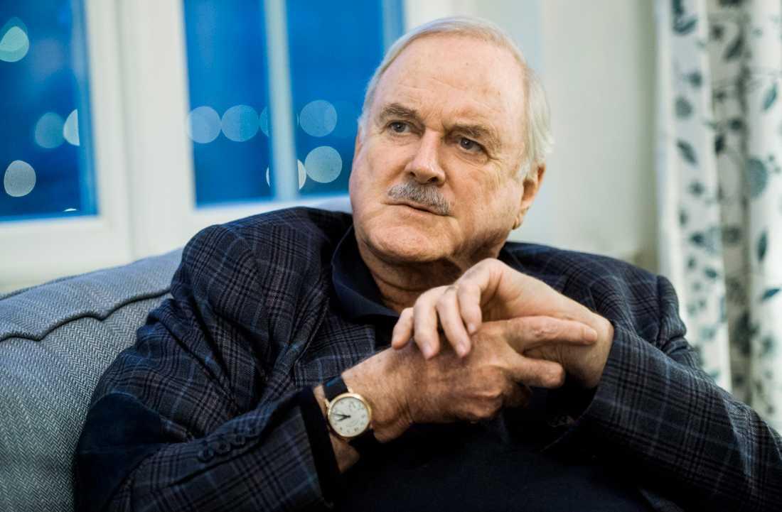 John Cleese uppmärksammar en silhuett på Herr Gårman-skyltar i Haparanda. Arkivbild.
