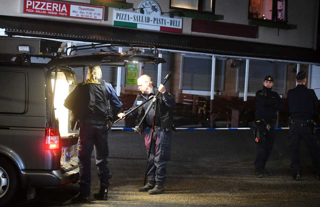 Polisens tekniker vid pizzerian.