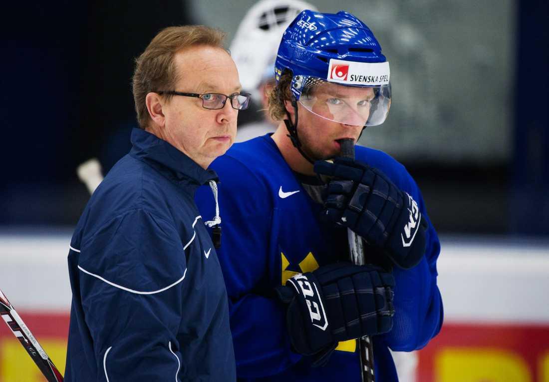 Förbundskaptenen Pär Mårts, här med Andreas Jämtin, har fått brev från besvikna supportrar.