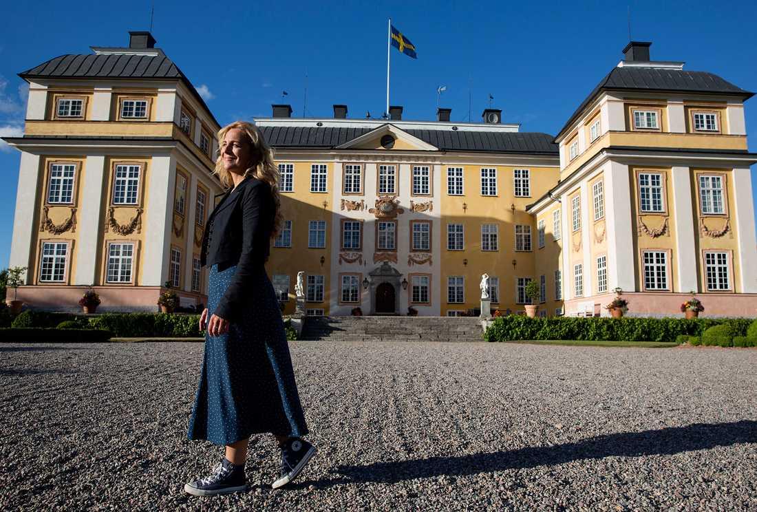 Lia Boysen framför Eriksbergs slott utanför Katrineholm.