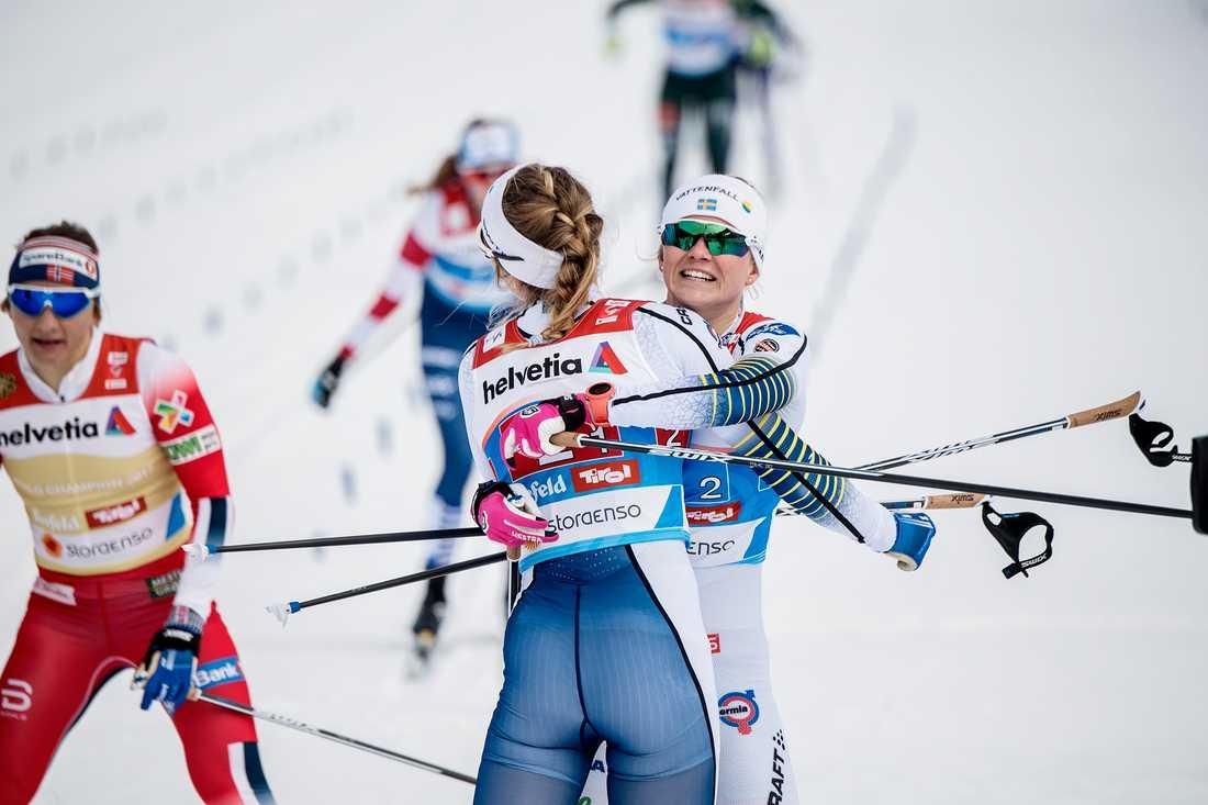 Stina Nilsson och Maja Dahlqvist efter sprintstafetten i skid-VM