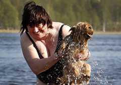 SOLSÄKER SEMESTER Väderoraklet Ingemar Vänerlöv tror att juli blir sommarens bästa månad – och rekommenderar fyra veckors semester. Anneli Karjalainen, 63, från finska Tornio, svalkade sig redan i veckan i Torneälven. Det var ännu lite kallt.