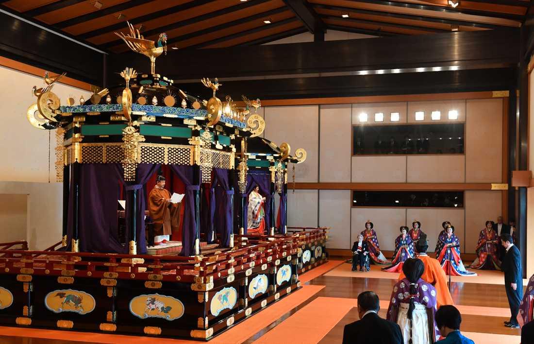 På den åtta ton tunga tronen stod Japans nye kejsare, kejsar Naruhito.