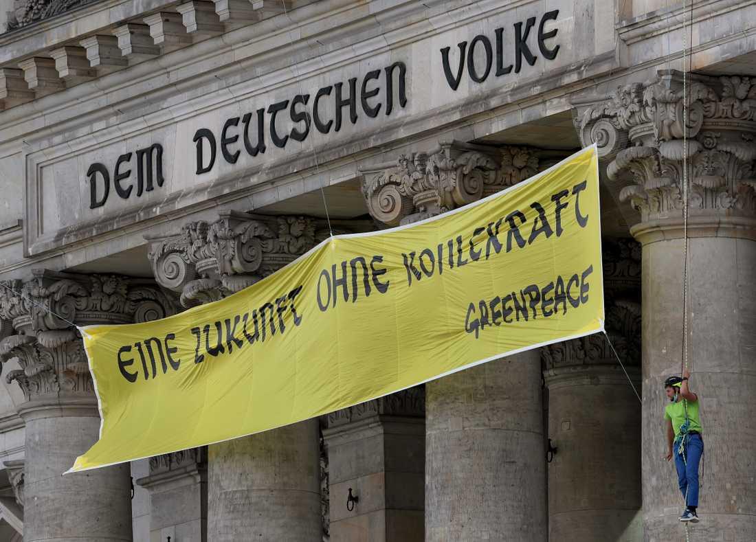 """Miljöaktivister från Greenpeace förlängde på fredagen det tyska mottot """"Dem deutschen Volke"""" i Berlin med sin slogan """"Eine Zukunft ohne Kohlekraft"""" – vilket sammantaget kan översättas, """"En framtid utan kolenergi för det tyska folket""""."""