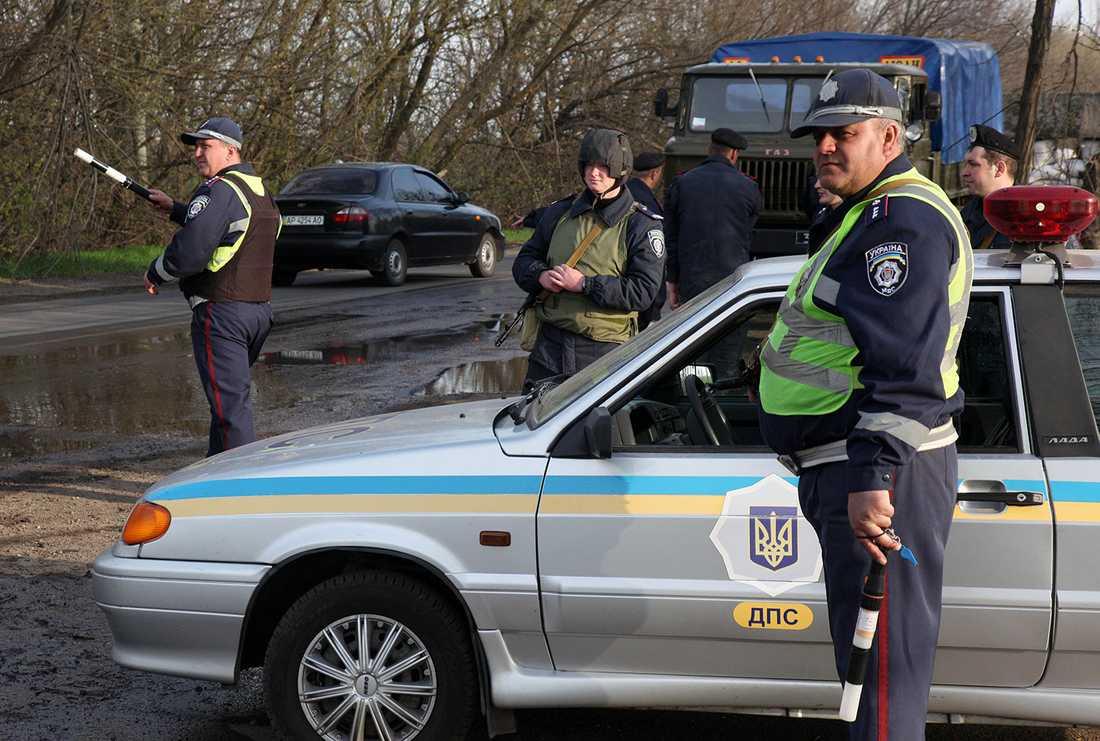 Poliser vid en vägspärr vid Berdyansk utanför Slovjansk.