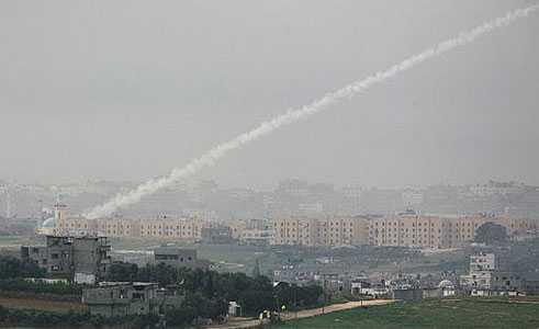 Hamas avlossade flera raketer efter Israels besked om ensidig vapenvila. Men vid lunchtid på söndagen meddelades att även Hamas utlyser vapenvila.