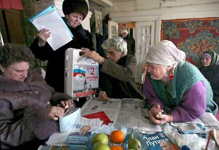 Lönlöst? Väljare röstar i Maklaki, 15 mil från Moskva. Enligt svenske Rysslandskännaren Kristian Gerner är det inte deras och det ryska folkets ärliga uppfattningar som kommer att återspeglas i valresulatet