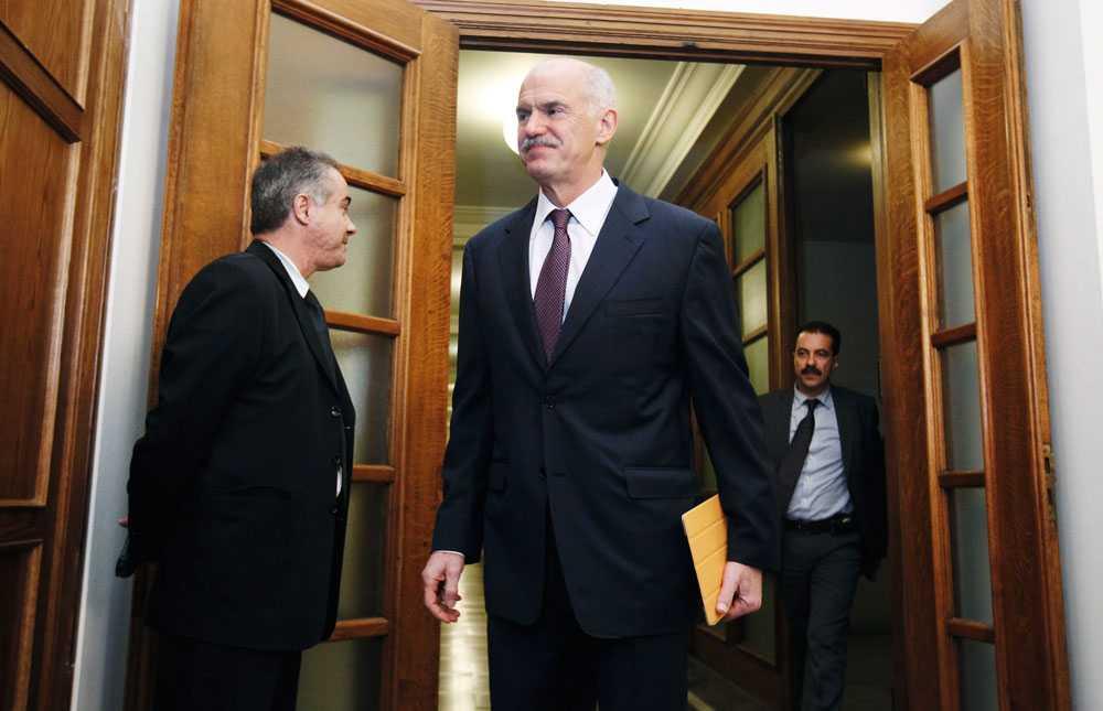 Greklands premiärminister Giorgos Papandreou backar inte från beslutet om folkomröstning.