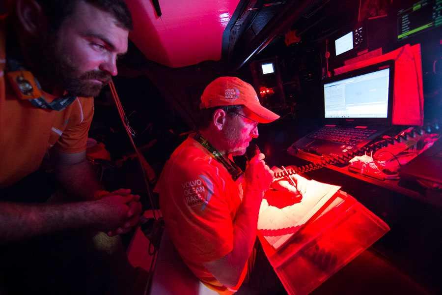 Will Oxley ombord på Team Alvimedica kommunicerar med Team Vestas via VHF:en.