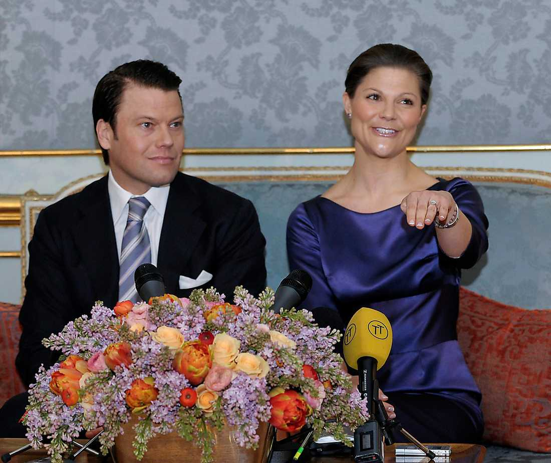 Victorias förlovningsring är i vitguld eller platina och har en stor briljantslipad diamant.