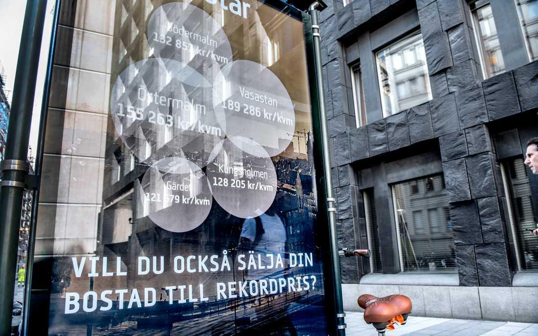 Reklam för ett mäklarföretag utanför Sveriges Riksbank vid Brunkebergstorg. Arkivbild.