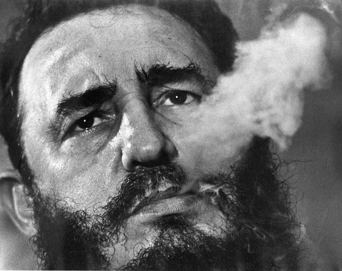 Fidel Castro röker cigarr under en intervju i presidentpalatset i Havanna 1985.