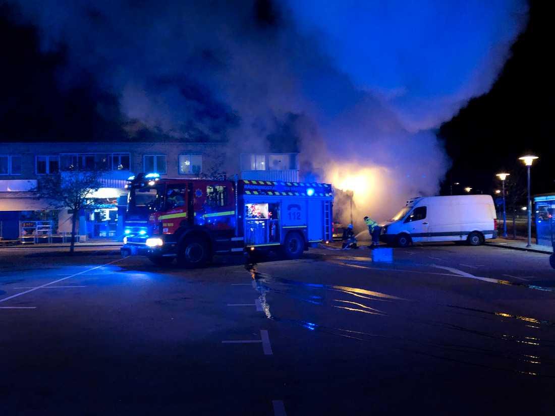 Det brinner i en livsmedelsbutik i Olofström. Alla lägenheter i huset har evakuerats.