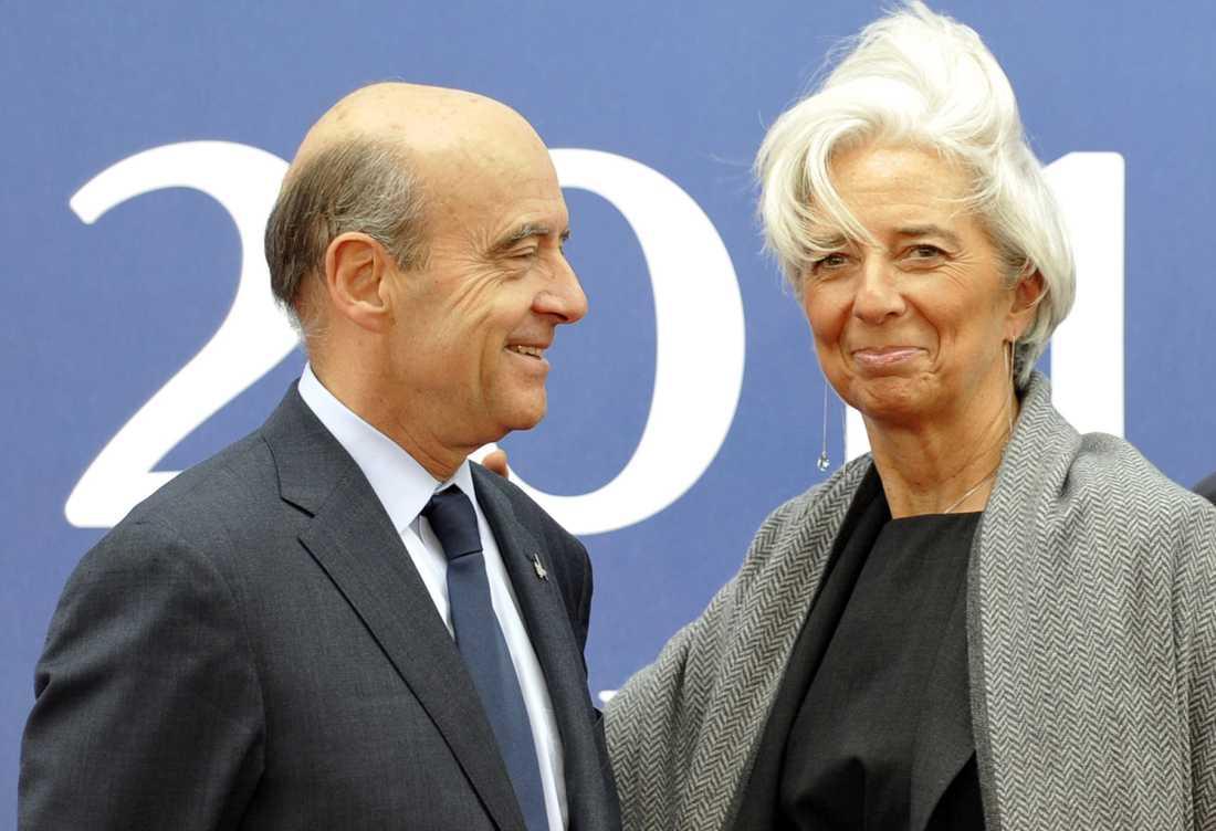 IMF-chefen Christine Lagarde blir välkomnad av Frankrikes utrikesminister Alain Juppe.