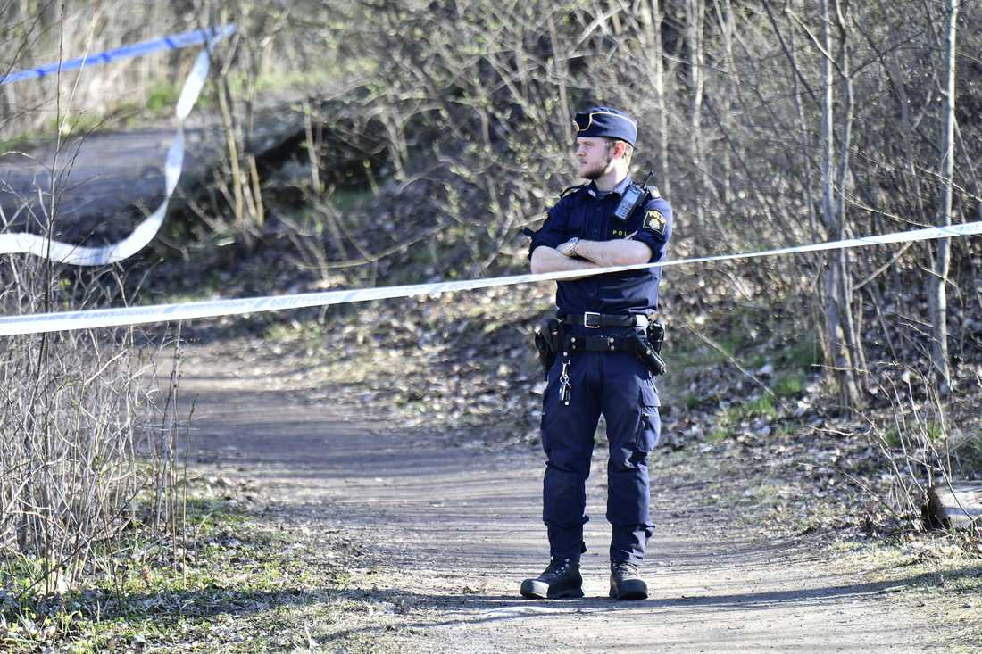 Ett kompisgäng som var ute och fiskade på påskafton upptäckte en död man som låg och flöt i vattnet i Sollentuna.