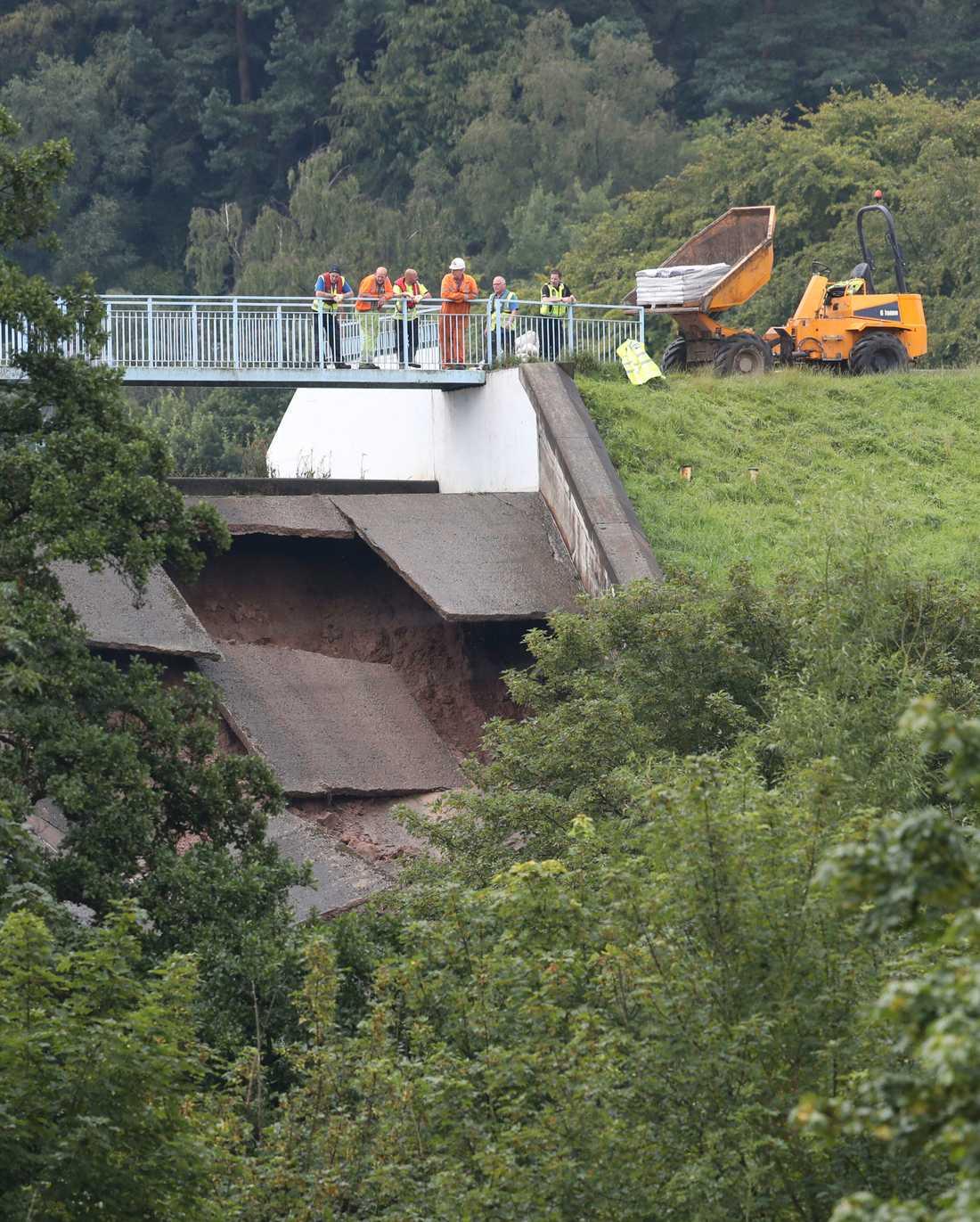 Skadorna på Toddbrookdammen inspekteras. Myndigheterna varnar för svåra översvämningar om dammen brister.