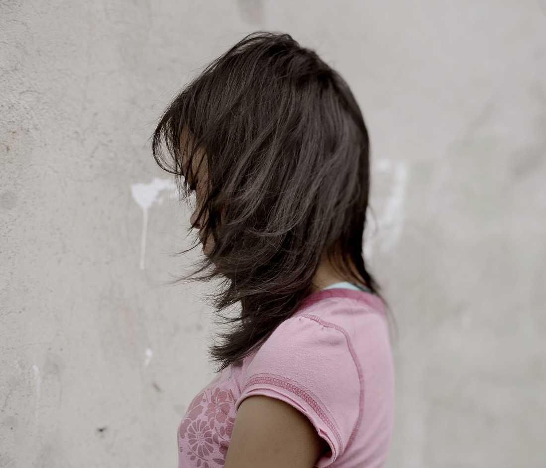 """Corazon, 13 år Äldst av fem syskon, bor hemma med mamma och pappa. Säger att hon en gång blev tillsagd av sin granne att ligga ner i en säng naken och visa sig.  Svensken uppmanade kvinnan att smiska och stoppa in fingrar. Men varken tingsrätten eller hovrätten ansåg det styrkt att det verkligen är Corazon på bilderna. Därför får hon inget skadestånd. Säger om sig själv: """"Jag tycker inte om fula ord och fula människor."""""""