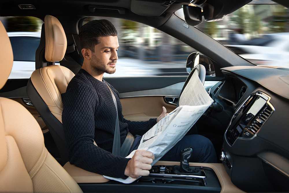 År 2021 ska Volvo ha kommit så långt att föraren kan fokusera på annat än trafiken. Bilen har hela ansvaret.