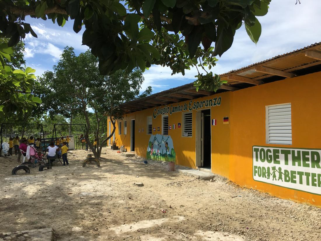 Ebba Löwenskiold har samlat pengar för att bygga skolor, bland annat Camino de Esperanza, som senare drabbades av orkanen Maria.