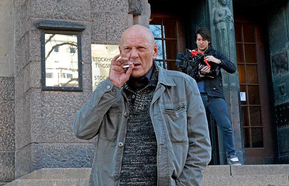Lars-Inge Svartenbrandt är anklagad för olaga hot mot sin dotter Jackie Ferm. Rättegången i Stockholms tingsrätt.