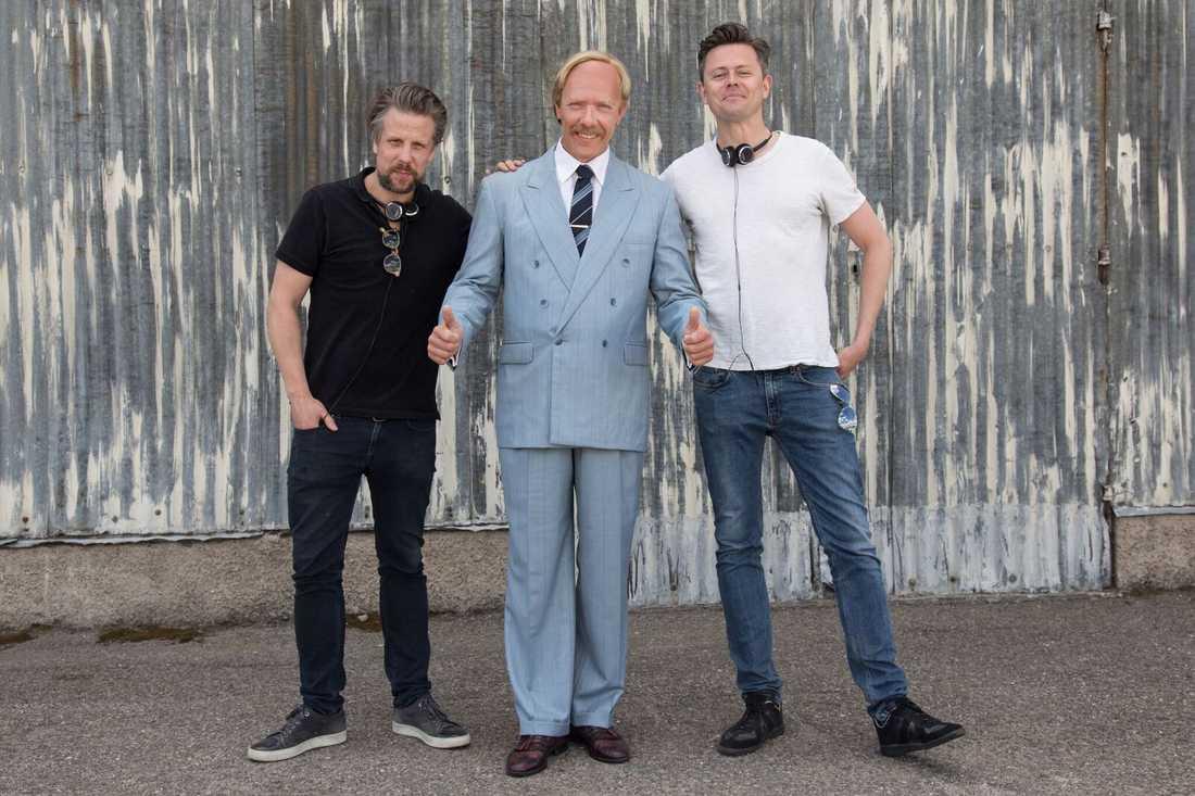 """Filip Hammar, Mikael Persbrandt och Fredrik Wikingsson under inspelningen av """"Tårtgeneralen""""."""