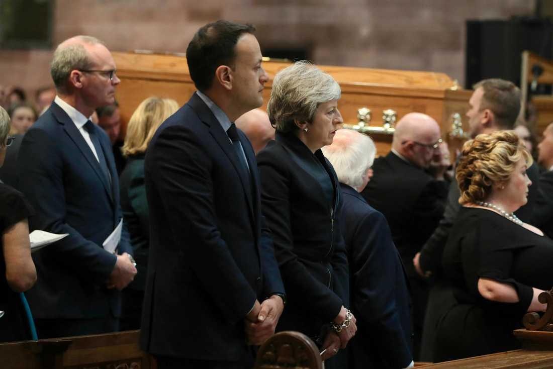 Irlands premiärminister Leo Varadkar med den brittiska premiärministern Theresa May vid begravningen av Lyra McKee i S:t Anne's Cathedral i Belfast.
