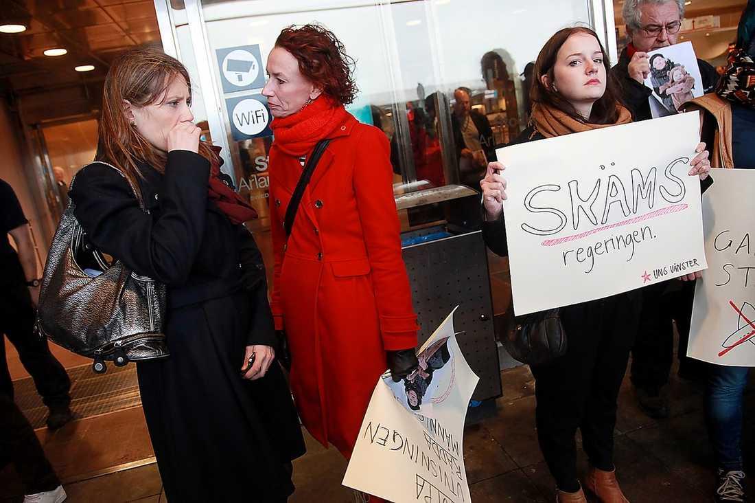 Tusentals har visat sitt stöd för Anna och hennes mormor Ganna. I går protesterade människor vid terminal 5 mot utvisningen.