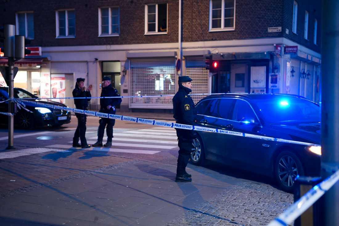 Polisen har spärrat av platsen där den skottskadade mannen hittades.