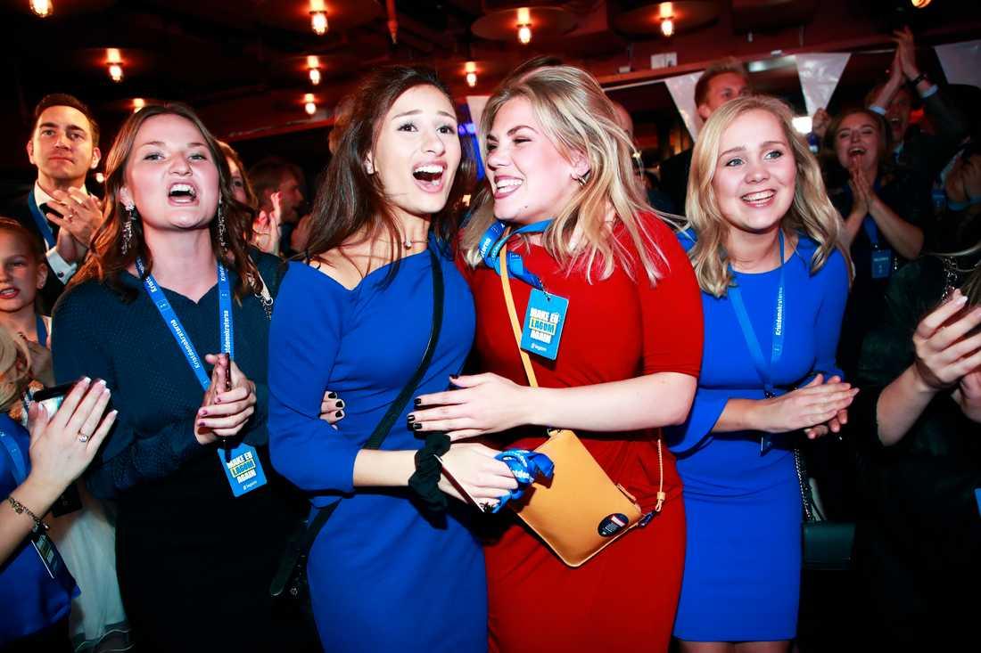 Glädjescener hos KD efter att valresultatet presenterats vid klockan 23.