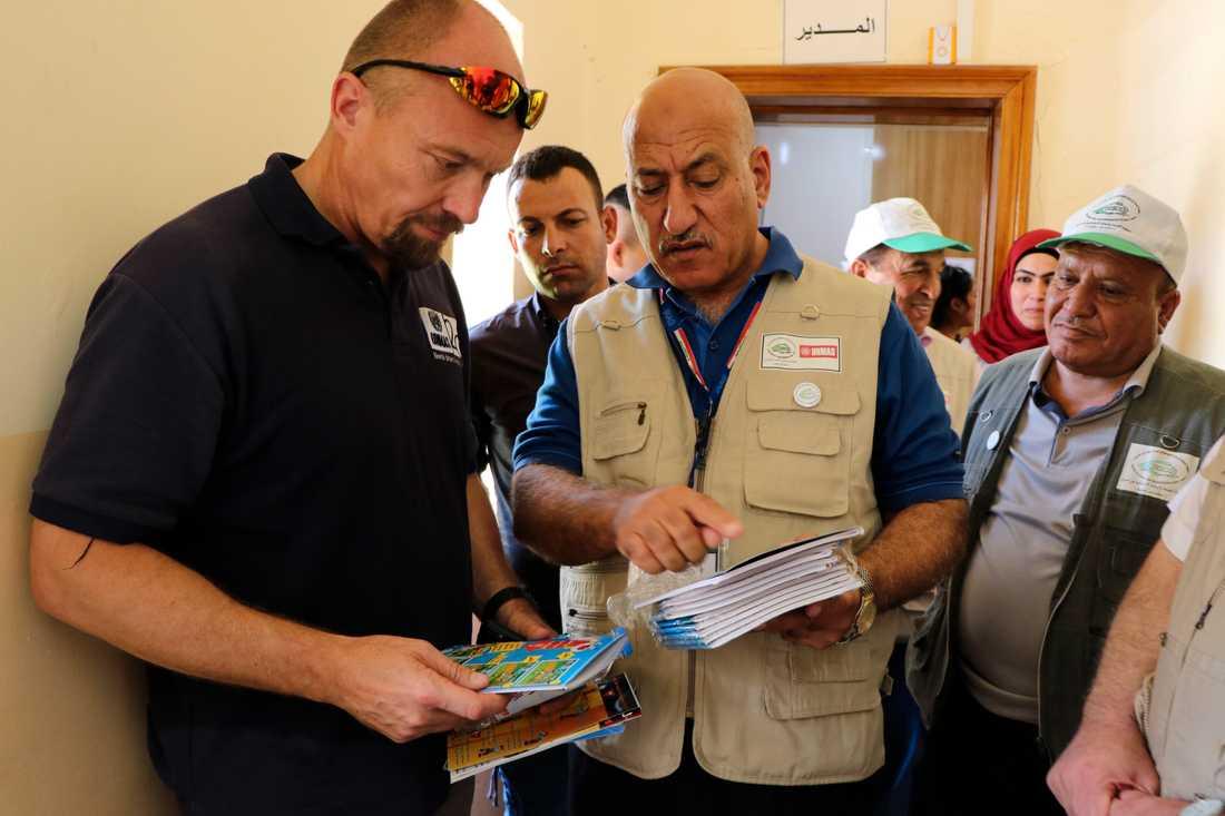 Svenske Pehr Lodhammar, chef för FN:s min- och ammunitionsröjare i Irak, med lokala medarbetare.