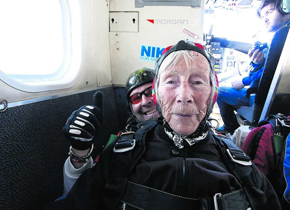 1 Alfhild Gallis, 90, tillsammans med tandemhoppspartnern Jan Erik Hengsle.