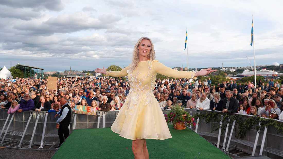 Sanna Nielsen framför en stor men svårflirtad publik.