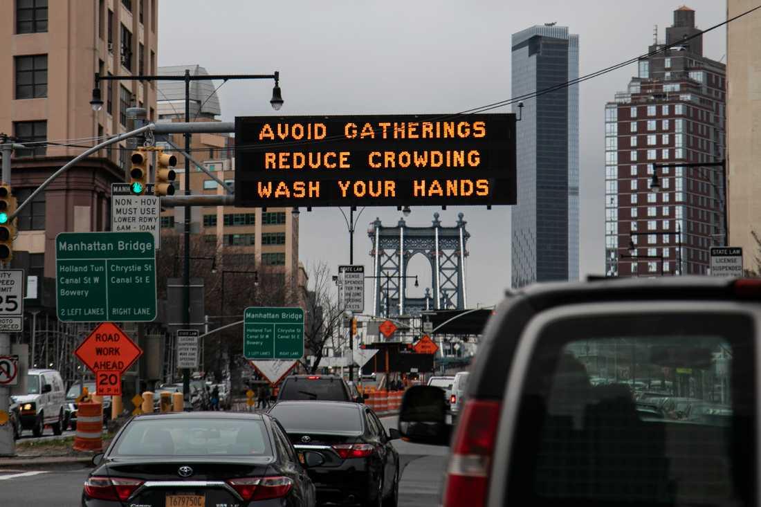 Alla invånare i delstaten New York beordras att stanna hemma. Bilden är tagen vid Manhattan Bridge i New York City på torsdagen.