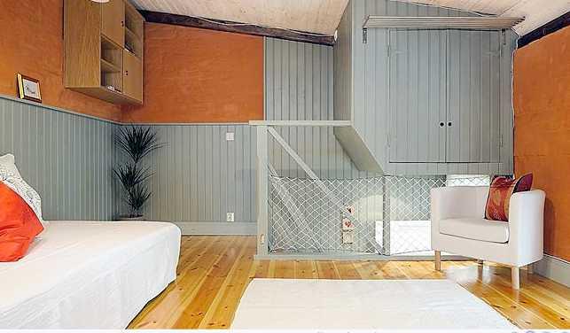 Trappan och speciella förvaringslösningar ger extra yta i rummet.