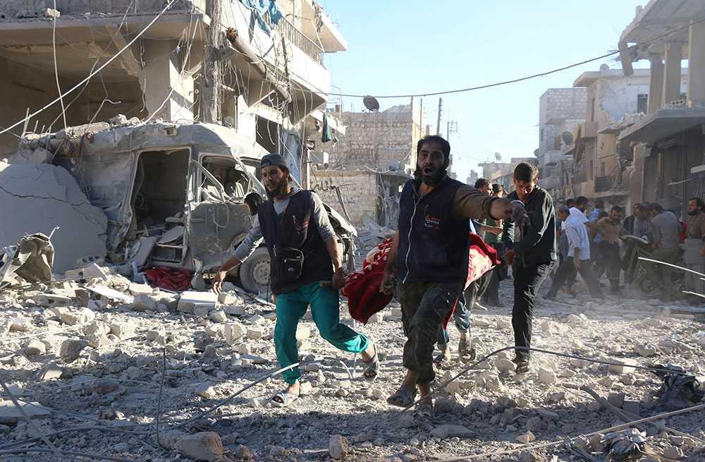 Räddningsarbetare bär en skadad person i Heluk i Aleppo, den 30 september 2016.