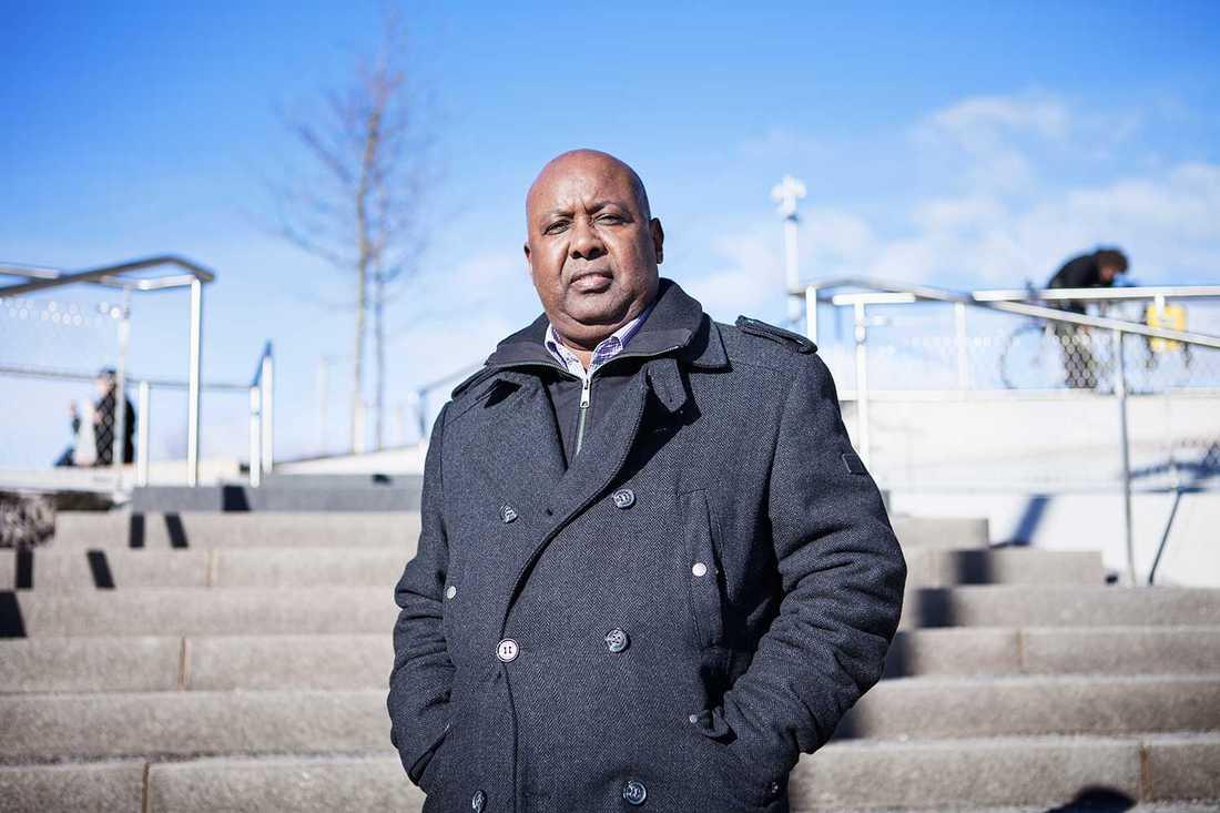 """Yakoub Aden, överläkare inom Beroendecentrum Stockholm och före detta ordförande i Somaliska riksförbundet, vill att de båda läkarna sparkas från sina jobb. """"Det är omöjligt för dem att behandla somalier"""", säger Aden."""