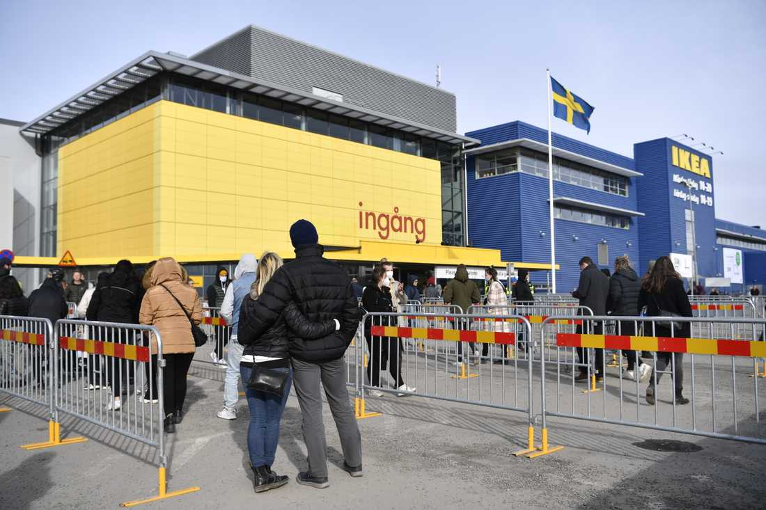 På Ikea i Kungens kurva kunde väntan vara timslång.