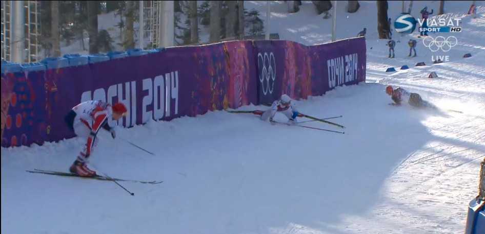 I den första nedförsbacken faller norrmannen Anders Gloeersen – och Marcus Hellner. Direkt bakom dem kommer Sergei Ustyugov, som också han faller.