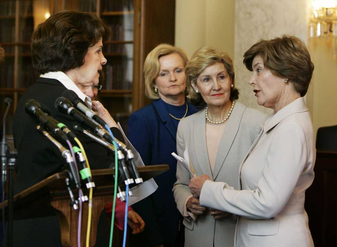 2007 Laura Bush pratar med senatorer i Washington efter att ha krävt Aung San Suu Kyis frisläppande.