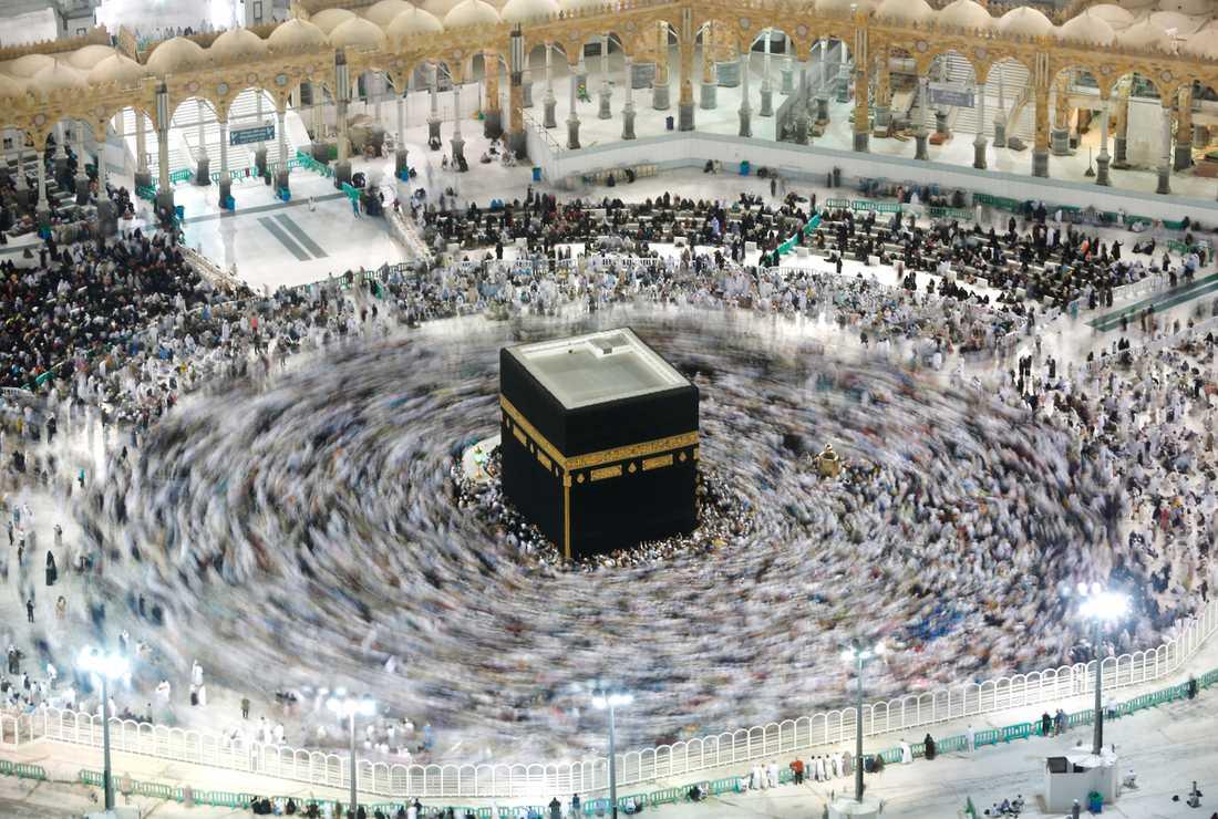 Det råder vanligtvis trängsel runt Kaba – men coronaviruset har stängt Mecka för besökare.