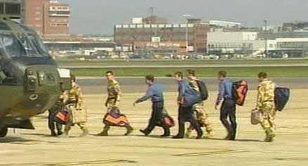 hemma igen De 15 brittiska soldaterna som hållits fångna i Iran flögs idag till Heathrow utanför London, för vidare transport i RAF-helikoptrar till sin hembas.