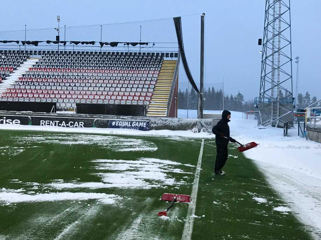 I Östersund har man fått snöröja hela natten inför kvällens Europa League-möte.
